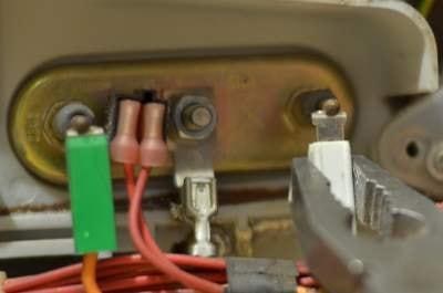 odpojit kabel z ohřívacího tělesa pračky